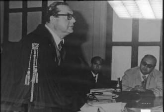 Fotografia in bianco e nero dell'avvocato Nino D'Uva in aula