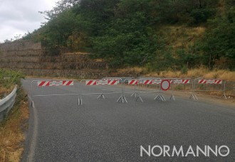 Foto delle transenne che bloccano il traffico sulla Panoramica dopo la frana
