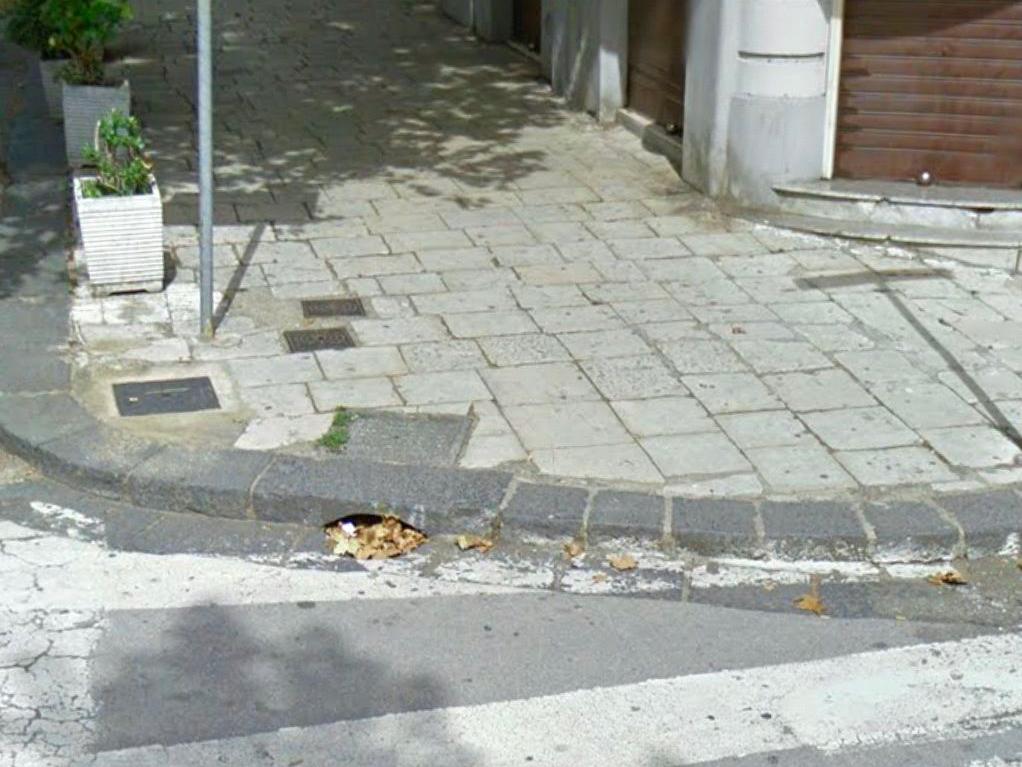 foto del marciapiede senza scivolo in prossimità delle strisce pedonali - via garibaldi - messina