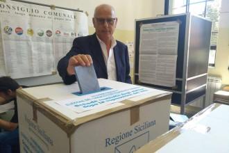 Dino Bramanti vota alla scuona Galatti Cannizzaro - Elezioni Amministrative Messina 2018