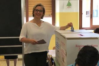 Emilia Barrile vota alla scuola Mazzini