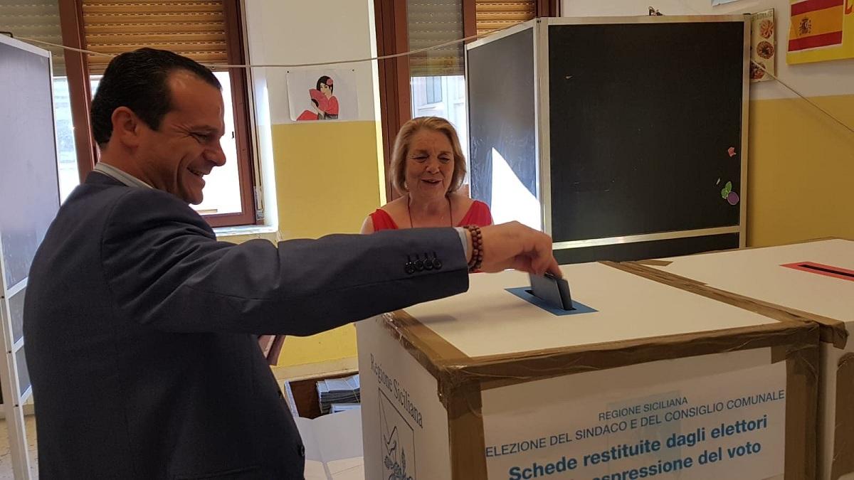 Foto di Cateno De Luca mentre vota alla scuola Mazzini