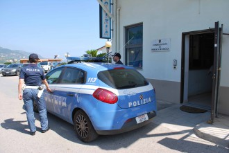 Foto di una volante della Polizia di fronte al commissariato di Patti, in provincia di Messina