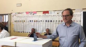 Antonio Saitta vota all'istituto comprensivo Evemero da Messina a Ganzirri