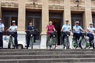 foto della cerimonia, sindaco renato accoranti consegna 16 biciclette