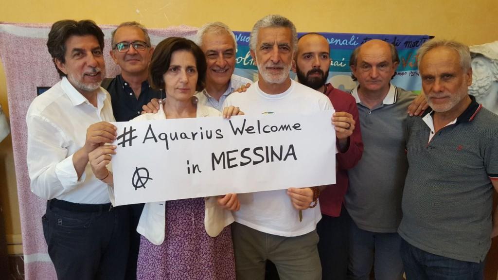 Foto di gruppo della giunta Accorinti contro la scelta del Ministro dell'Interno Matteo Salvini di chiudere i porti