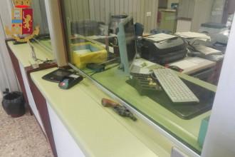 Foto della pistola all'interno dell'ufficio postale