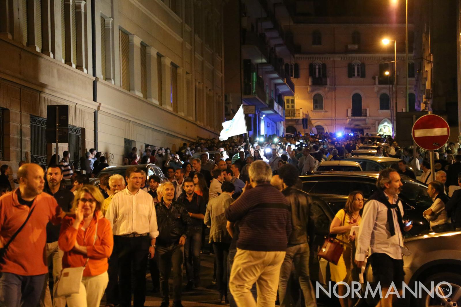 Cateno De Luca esce dal comitato elettorale dopo lo spoglio e si dirige al Comune di Messina