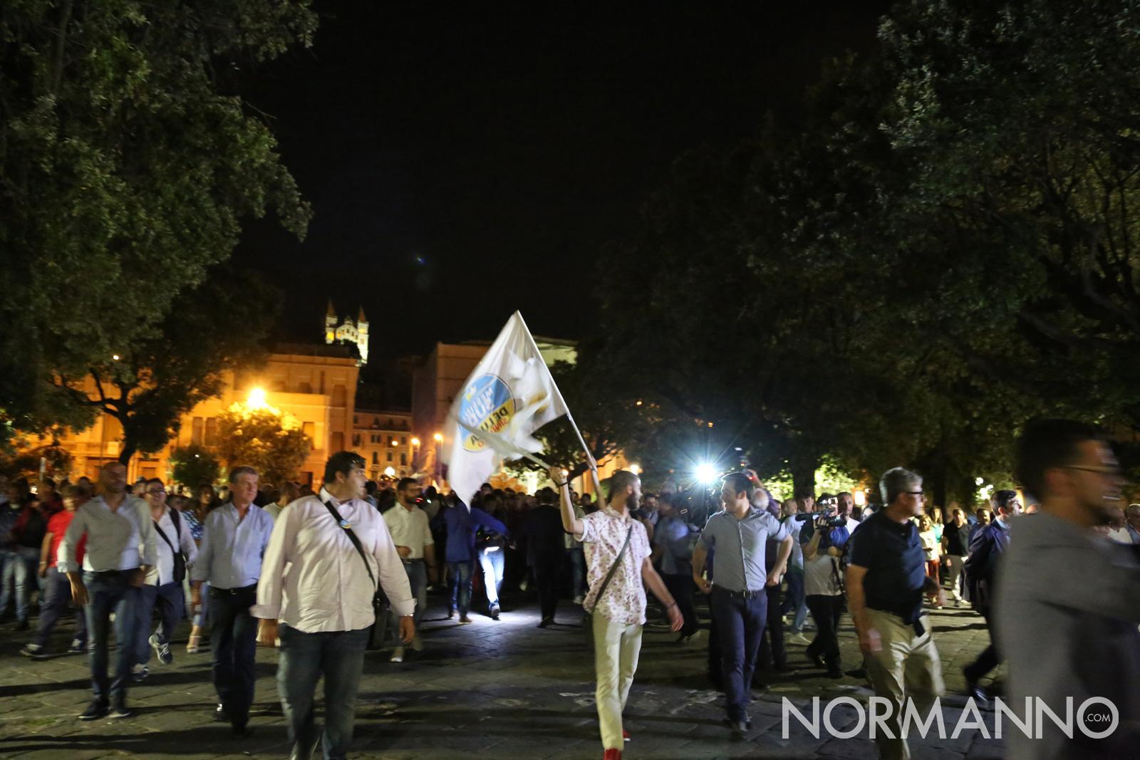 Folla festante guida Cateno De Luca verso il Municipio di Messina