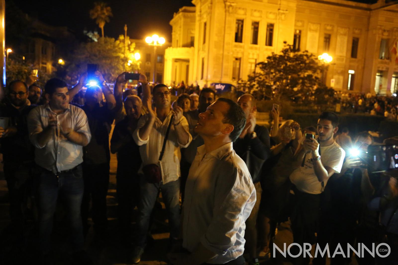 Cateno De Luca, nuovo sindaco di Messina, nella camminata per raggiungere il Comune ha deposto una corona di fiori al monumento ai caduti