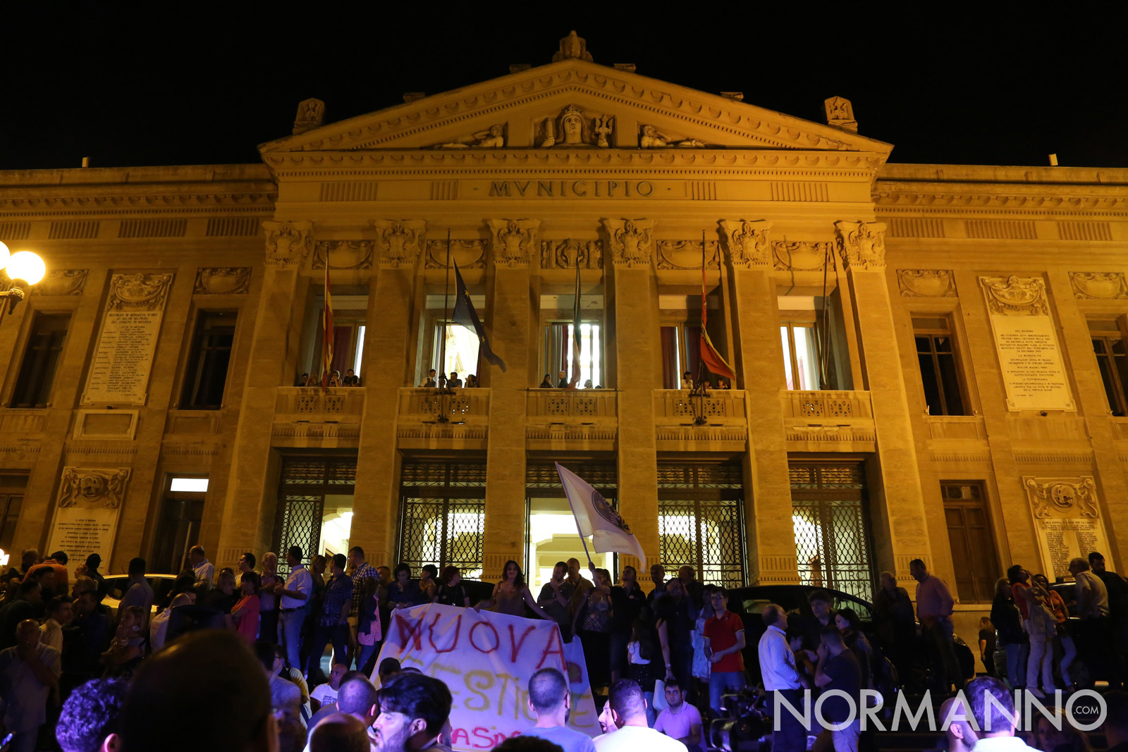 Sostenitori ed elettori attendono il nuovo sindaco di Messina, Cateno De Luca