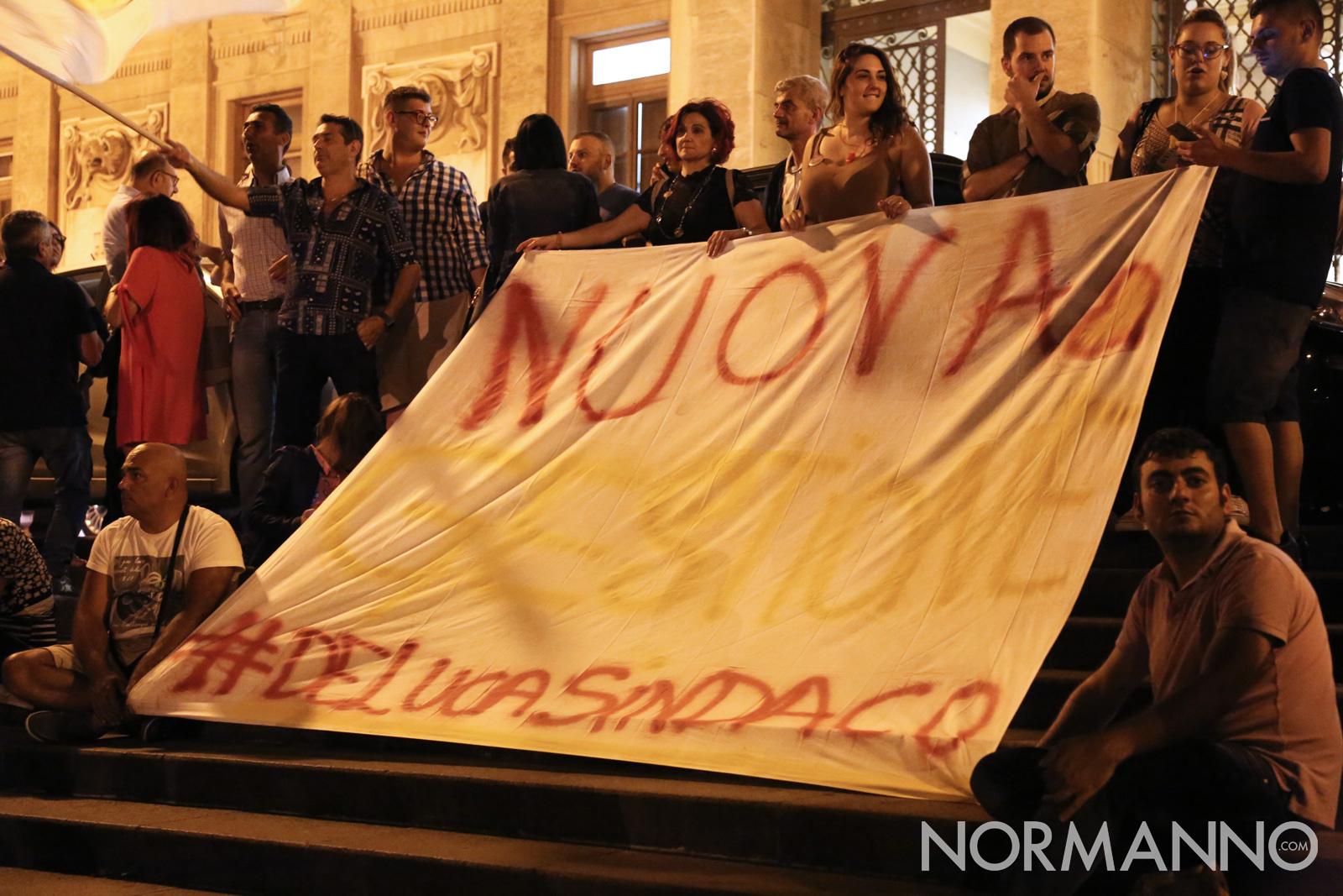 Nuova gestione, #delucasindaco - Striscione sostenitori di Cateno De Luca