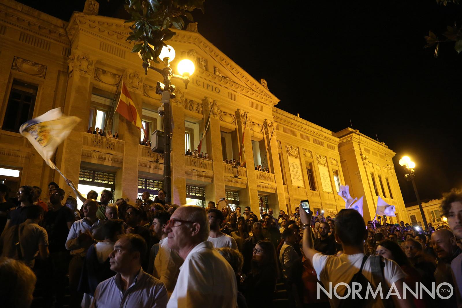 La folla attende Cateno De Luca davanti al municipio
