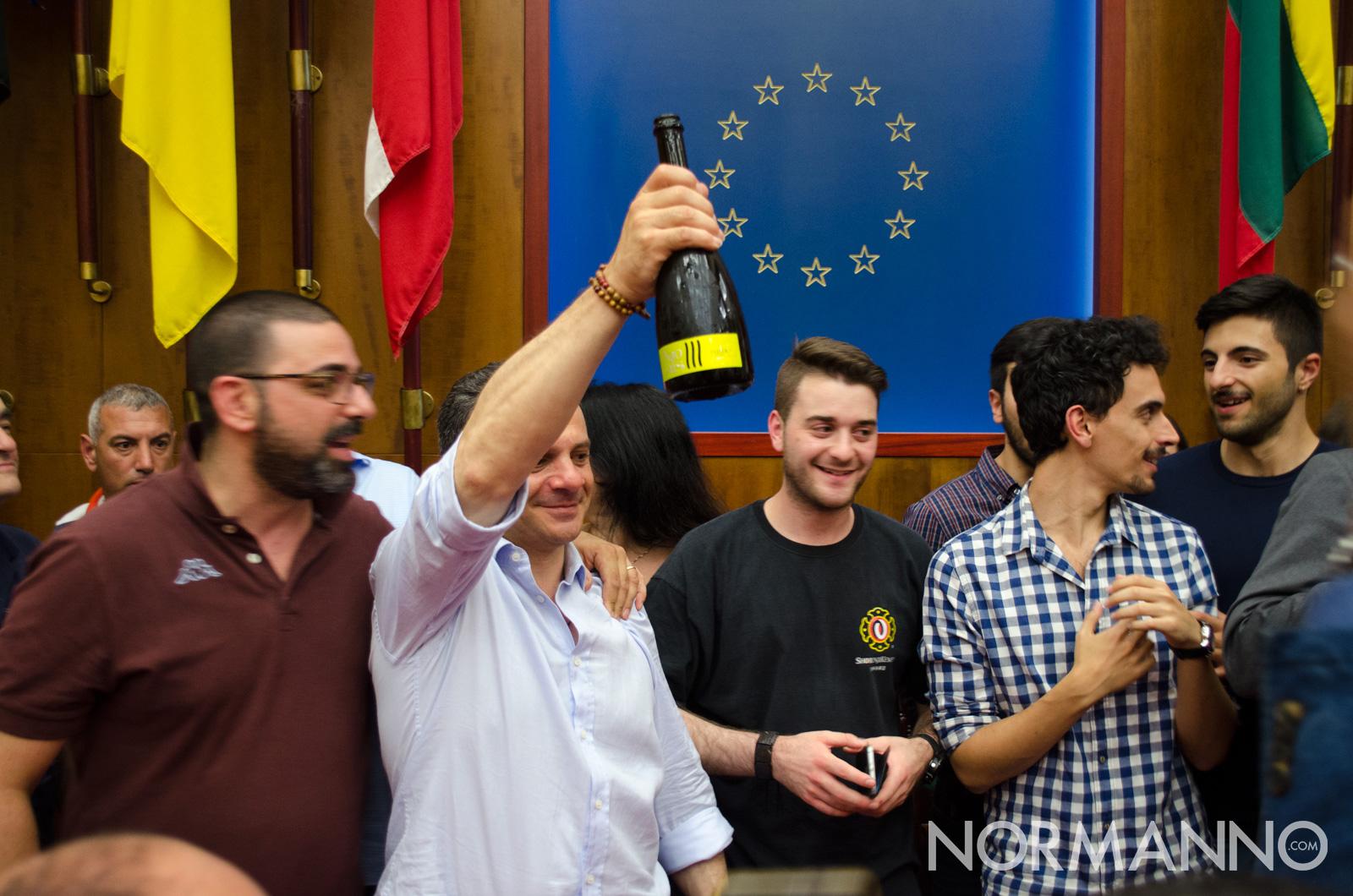 Cateno De Luca festeggia l'elezione a sindaco di Messina