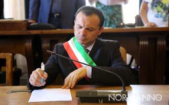 Il neo eletto sindaco di Messina, Cateno De Luca, con la fascia tricolore