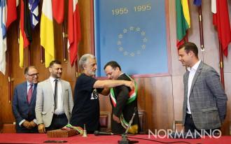 Passaggio di fascia tricolore da Renato Accorinti a Cateno De Luca