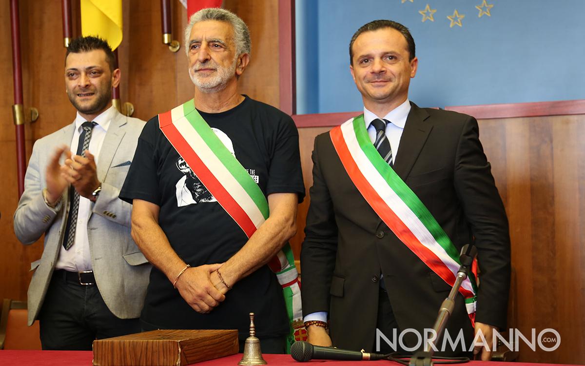 Consegna fascia sindaco di Messina fra Renato Accorinti e Cateno De Luca - 01