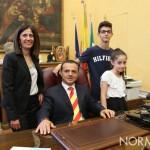 Foto alla scrivania del nuovo sindaco di Messina - Cateno De Luca