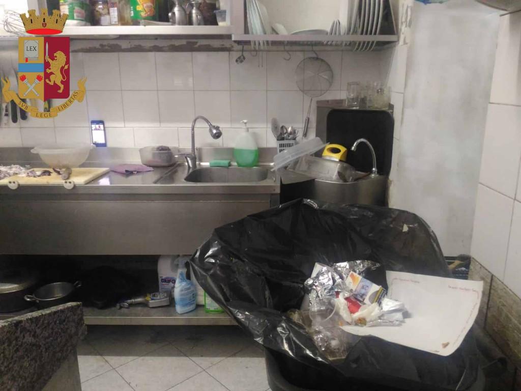 Foto cucina sporca, paninoteca Kebab chiusa a Messina