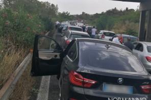 Albero cade su un tir. Bloccata l'autostrada Messina-Catania nei pressi dello svincolo di Giarre