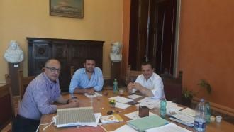 Da sinistra Giovanni De Leo (Ragioniere generale), Nino Interdonato (Consigliere comunale) e Cateno De Luca (Sindaco) - riunione bilancio comune messina