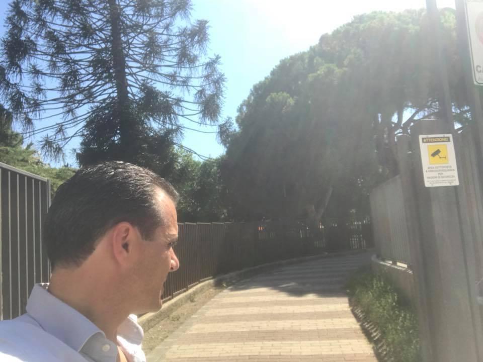 foto del sindaco de luca durante il blitz a villa dante