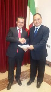 Cateno De Luca e l'amministratore delegato della Byd Europe nella giornata in cui è stato firmato il contratto di fornitura di 13 bus elettrici a Messina