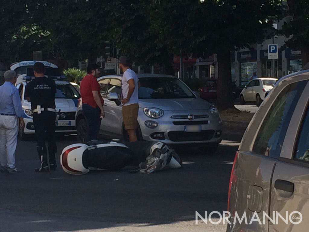 Foto dell'incidente in via Garibaldi, 500XL tampona scooter