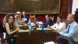 la giunta del sindaco cateno de luca in riunione con il dirigente del dipartimento tributi Antonio Cama