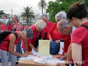 raccolta firme durante la manifestazione magliettarossa organizzata da libera per promuovere l'accoglienza - messina