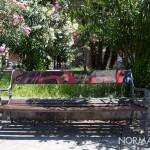 panchine di piazza bellini, alle spalle del teatro vittorio emanuele, decorate da puliamo messina