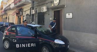 Foto di una pattuglia dei Carabinieri di fronte la Stazione dei militari dell Arma di Roccalumera