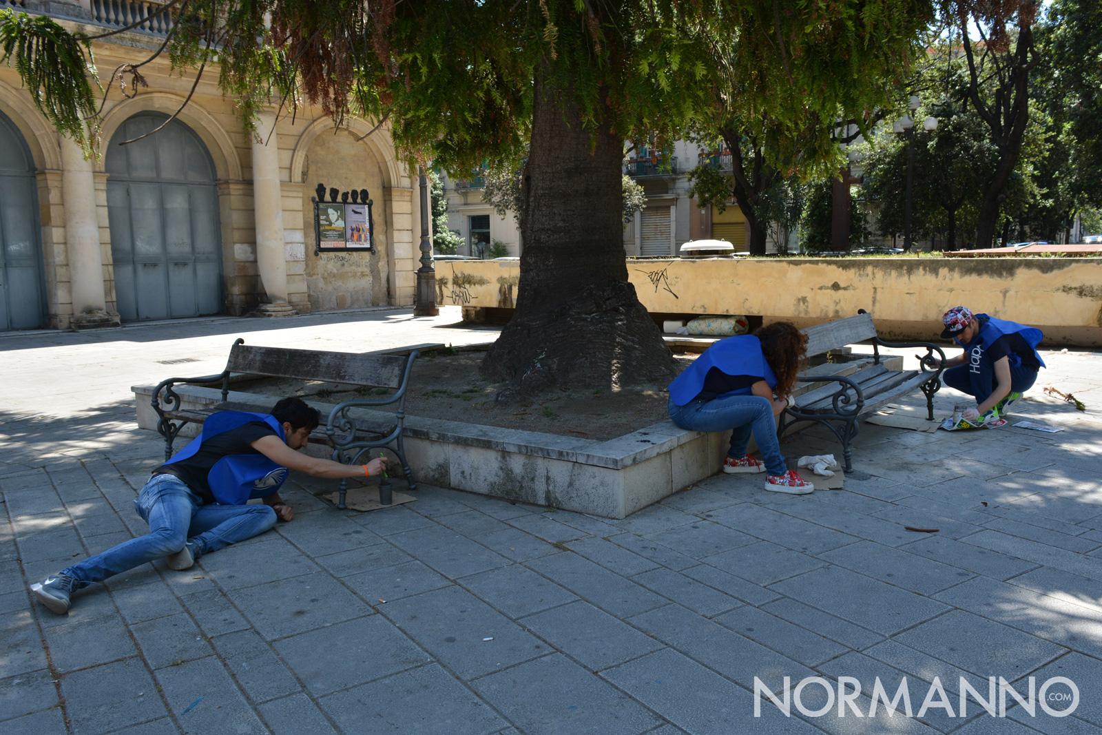 Foto dei soci di PuliAmo Messina durante le attività di restauro delle panchine di piazza Bellini