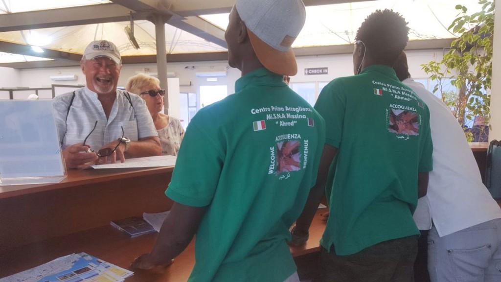 Foto dei minori di Casa Ahmed che accolgono i turisti a Messina