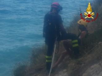Foto dei vigili del fuoco intervenuti per salvare i turisti bloccati sulla scogliera di Patti, in provincia di Messina
