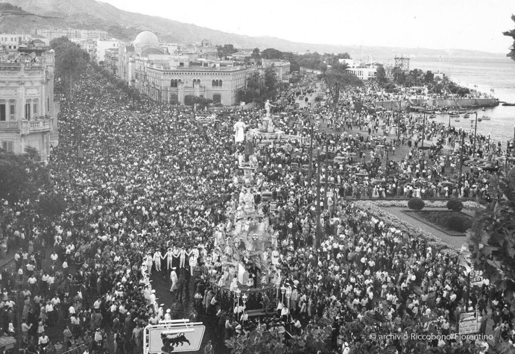 foto della Vara risalente agli anni 50-60 all'altezza della prefettura