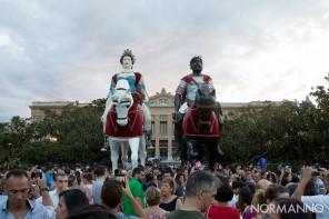 foto delle statue dei Giganti, Mata e Grifone, di fronte al Municipio di Messina nel giorno di Ferragosto