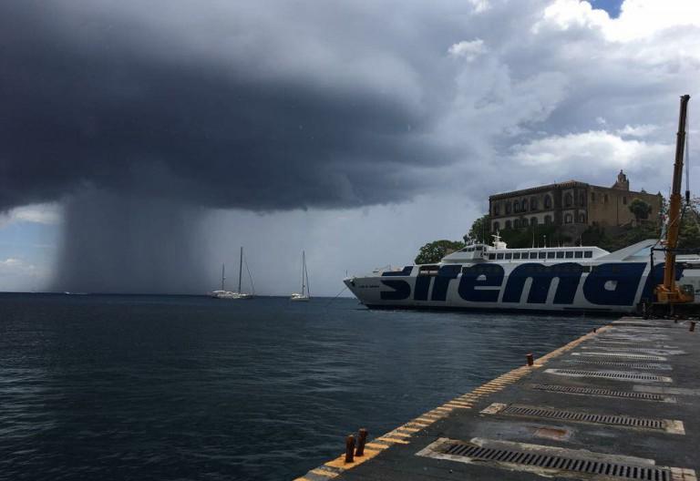 foto di un porto delle isole eolie durante una giornata di maltempo - messina