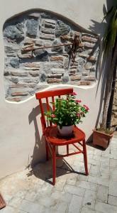 Foto di una sedia colorata ornata di fiori a seguito dell'iniziativa del gruppo Festi e mali iunnati - Mili San Pietro in provincia di messina