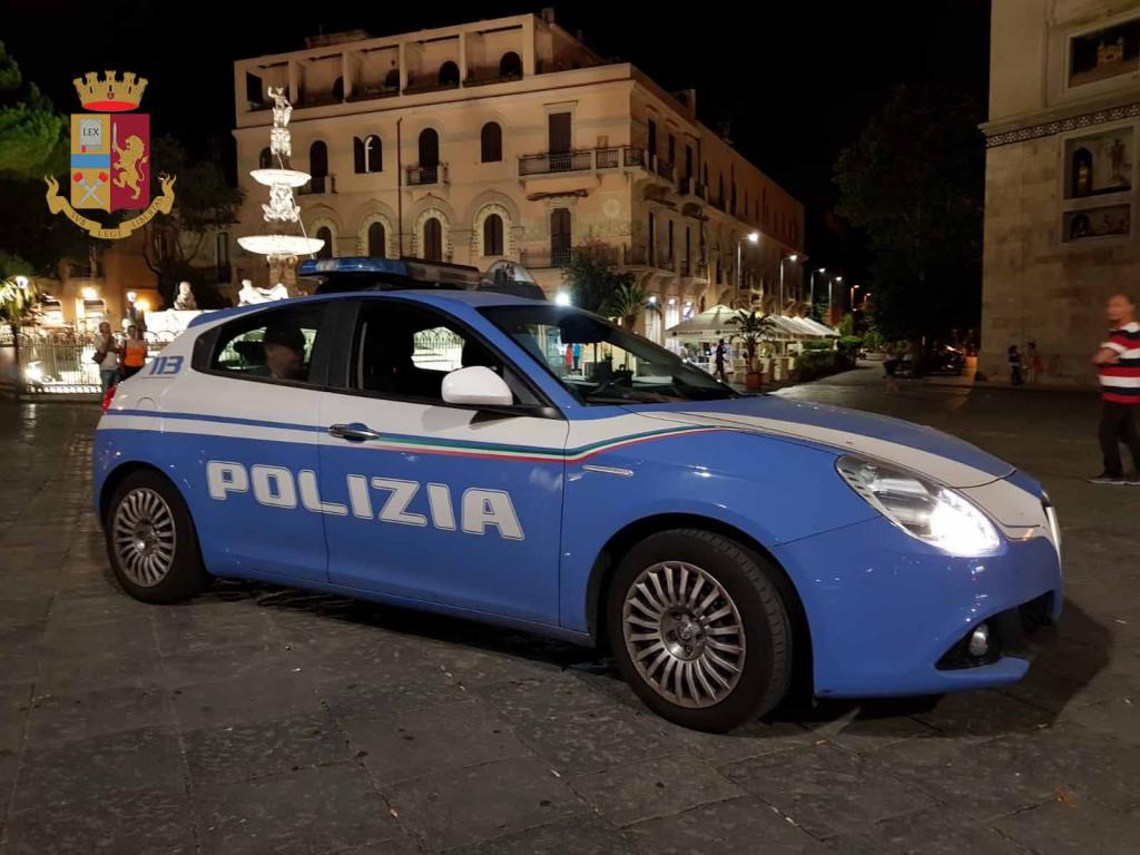 Volante della Polizia di fronte Duomo di Messina