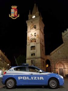 Foto della volante della Polizia a piazza Duomo, Messina
