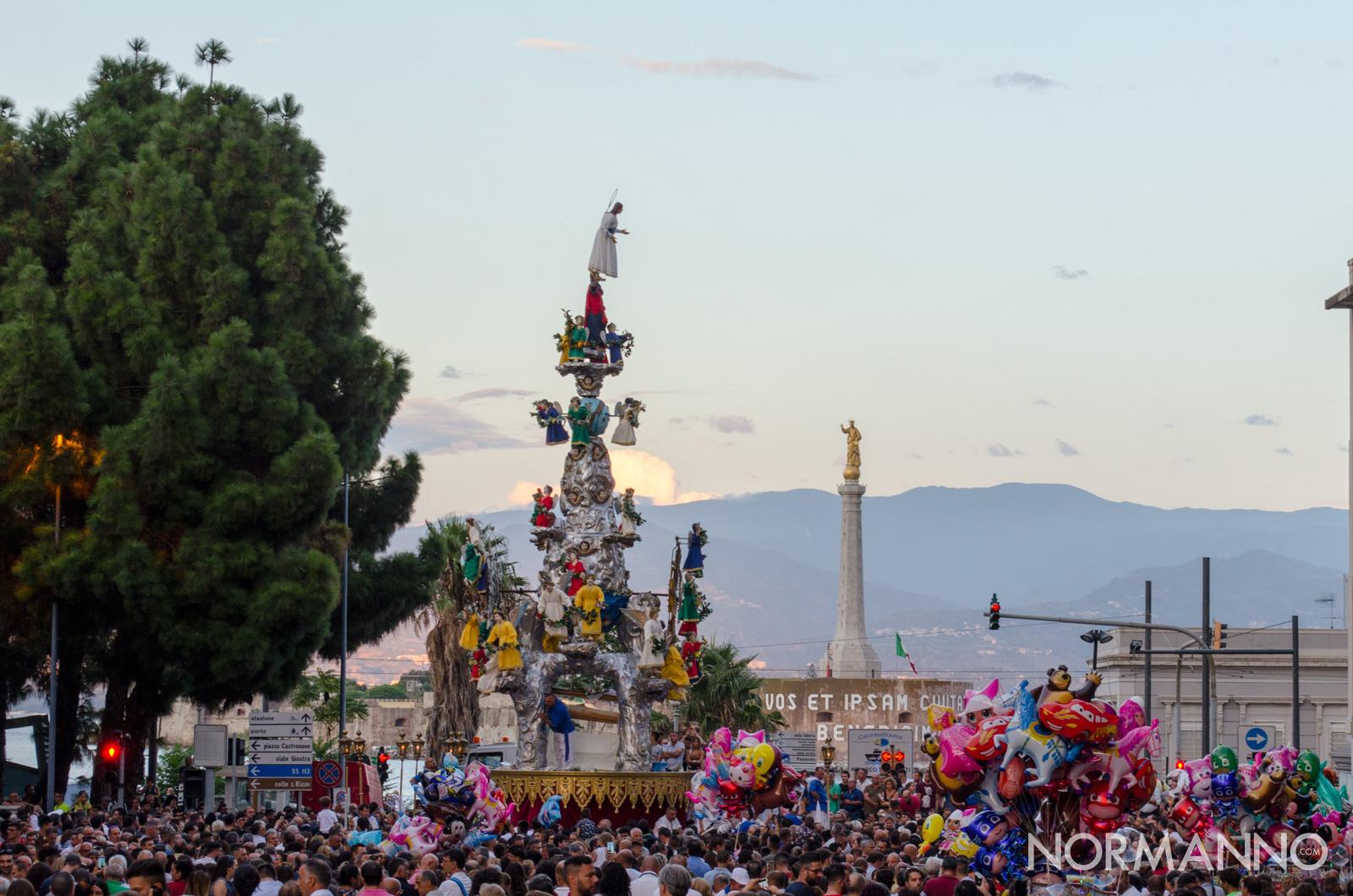 Foto della Vara al passaggio dell'incrocio con il viale Boccetta, di fronte alla Madonna della Lettera