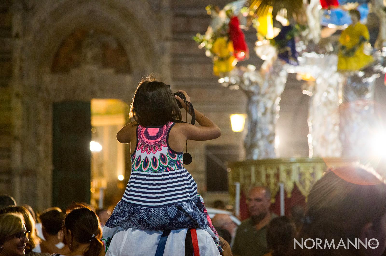 bambina che fotografa la vara e il duomo dalle spalle del papà - messina