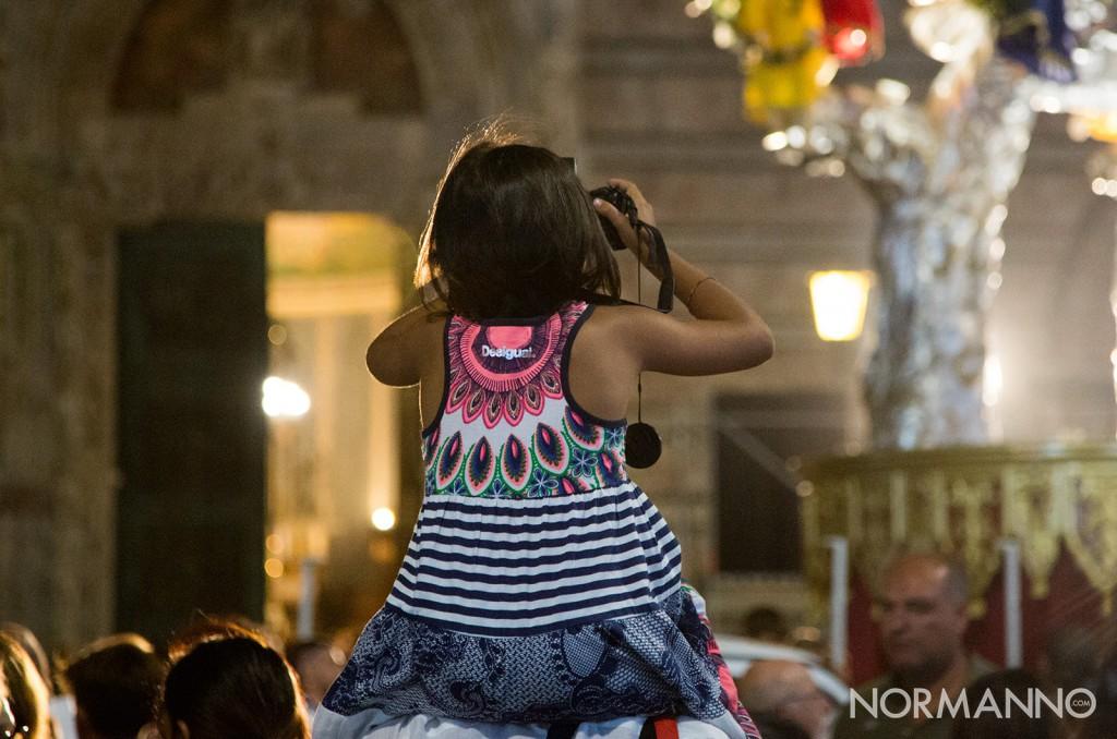 bambina che fotografa la vara al duomo di Messina