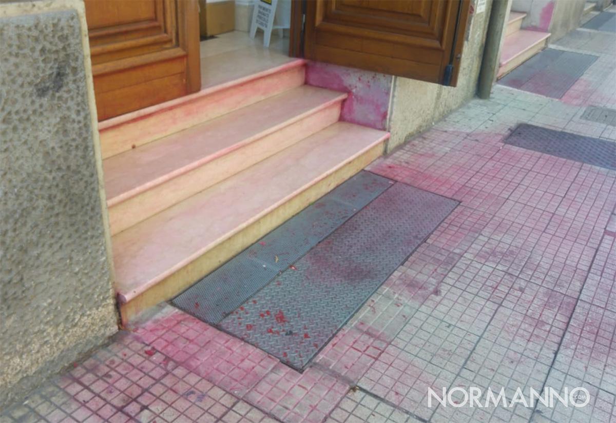 residui di vernice rossa versati davanti all'ingresso del centro di accoglienza migranti di via I settembre