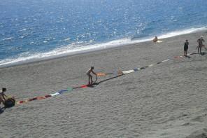 Messina da record: 20 donne realizzano la sciarpa più lunga d'Italia