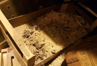 foto di una cassetta di legno con all'interno cenere ancora infiammata. MessinaServizi Bene Comune segnala il rischiato incendio di un cassone
