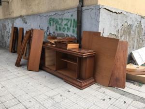 foto di rifiuti ingombranti sul marciapiede, poi raccolti dalla società partecipata messinaservizi - messina