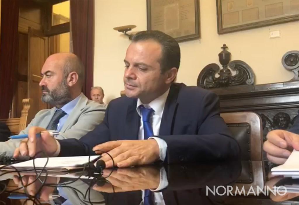 sindaco cateno de luca durante la conferenza di presentazione del piano atm dopo aver annunciato le sue dimissioni