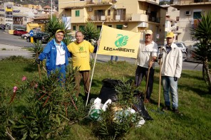 #oggiraccolgoio. Legambiente Messina ripulisce rotatoria ridotta a discarica